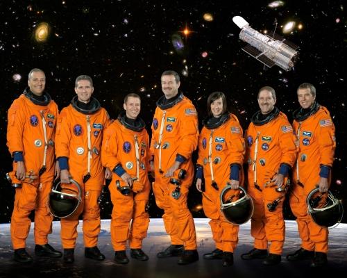 jedna z oficiálních fotek posádky STS 125; A.F. zcela vpravo