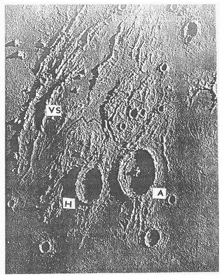 Obr. 11: Krátery Aristarchus (A), Herodotus (H) a Vallis Schröteri (Schröterova brázda, VS), která je 1000 m hluboká a široká 0,5 – 10 km. Model, p. m. D.