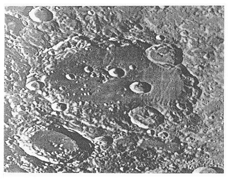 Obr. 3a: Oblast největšího kráteru Clavius (průměr 225 km). P. m. A.