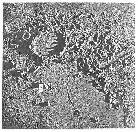 Obr. 7: Hora Pico (P) (výška 2400 m), JV od kráteru Plato. Model, p. m. A.