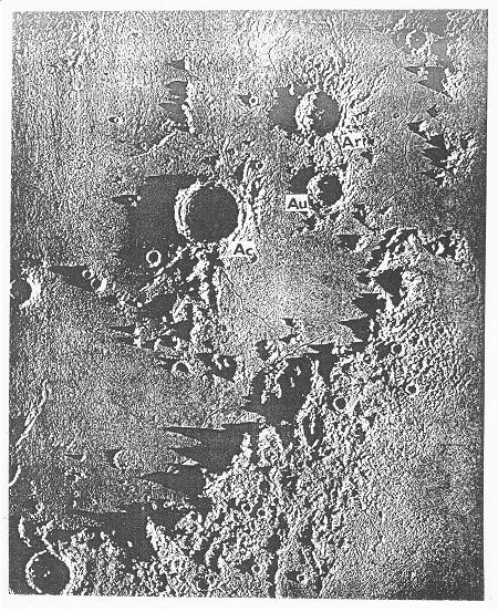 Obr. 8: Krátery Archimedes (AC), Autolycus (AU) a Aristillus (AR) na severozápadní straně Apenin. Model, p. m. D.