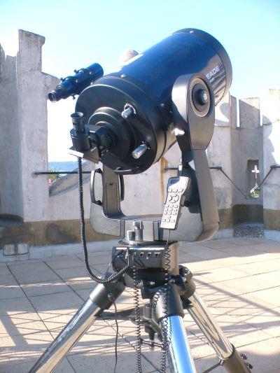 """Obr. 2: Elektronicky řízený dalekohled LX200 GPS Meade (průměr objektivu 12"""" - přibližně 0,3m)."""
