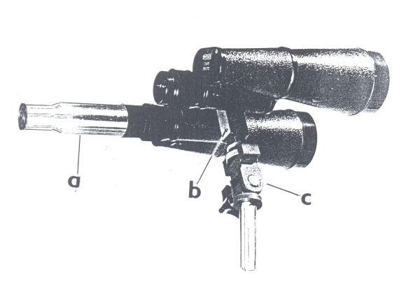 Obr. 4: Triedr 7x50 s přídavným zařízením (nástavcem) k získání většího zvětšení; a - trubice s přídavným okulárem; b - třmen na upevnění triedru tovární výroby; c - montáž umožňující pohyb triedru v obou rovinách.